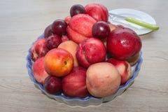 Pêssegos, nectarina e ameixas suculentos na mesa de cozinha Fruto na tabela Imagens de Stock