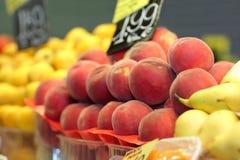 Pêssegos no mercado Foto de Stock Royalty Free