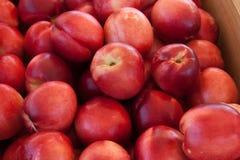 Pêssegos no mercado de um fazendeiro Imagens de Stock Royalty Free