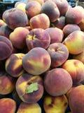 Pêssegos no mercado dos fazendeiros Fotos de Stock Royalty Free