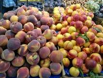 Pêssegos no mercado dos fazendeiros Foto de Stock