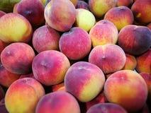 Pêssegos no mercado dos fazendeiros Imagem de Stock