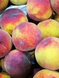 Pêssegos no mercado dos fazendeiros Imagens de Stock Royalty Free
