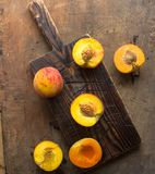 Pêssegos orgânicos frescos no fundo de madeira rústico com espaço da cópia Pêssegos doces do verão Foto de Stock