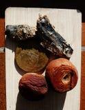 Pêssegos podres com os peixes no fundo de madeira Imagens de Stock