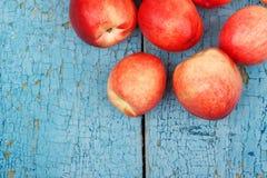 Pêssegos vermelhos maduros na tabela de madeira azul Fotografia de Stock Royalty Free