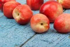 Pêssegos vermelhos maduros na tabela de madeira azul Imagem de Stock Royalty Free
