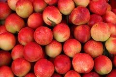 Pêssegos vermelhos no mercado da porcelana Imagens de Stock