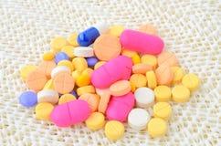 Píldora colorida de la cápsula de la medicina Fotos de archivo libres de regalías