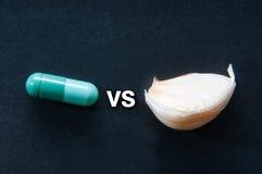 Píldora contra el clavo de ajo Fotografía de archivo libre de regalías