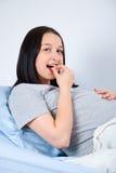 Píldora embarazada de la vitamina que toma Imagen de archivo
