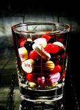 Píldora en el vidrio imagenes de archivo