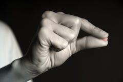 Píldora roja - píldora entre los dedos Foto de archivo libre de regalías