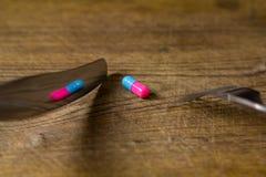 Píldora y cubiertos Imagenes de archivo