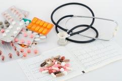 Píldoras, ampollas y un estetoscopio Fotografía de archivo libre de regalías