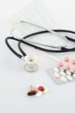 Píldoras, ampollas y un estetoscopio Imágenes de archivo libres de regalías