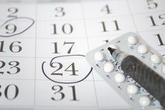 Píldoras anticonceptivas y pluma Imagen de archivo