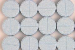 Píldoras azules alineadas Fotos de archivo