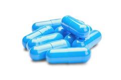 Píldoras azules de la medicina en fondo blanco aislado Foto de archivo libre de regalías