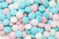 Píldoras azules, rosadas y blancas Imágenes de archivo libres de regalías
