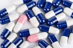 Píldoras azules y rosadas de la cápsula Foto de archivo libre de regalías