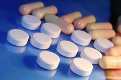 Píldoras blancas Imágenes de archivo libres de regalías