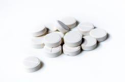 Píldoras blancas en el fondo blanco. Imágenes de archivo libres de regalías