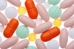 Píldoras clasificadas aisladas en blanco Fotos de archivo