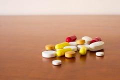 Píldoras coloridas de la medicina Fotos de archivo libres de regalías