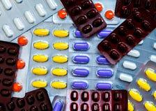 Píldoras coloridas de la tableta en paquetes de ampolla concepto global de la atención sanitaria El uso de la medicina de los ase imagenes de archivo