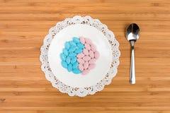 Píldoras coloridas en un platillo Fotos de archivo