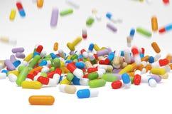 Píldoras coloridas que caen - ejemplo 3D fotografía de archivo