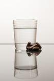 Píldoras con el vidrio de agua Fotografía de archivo libre de regalías