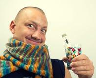 Píldoras de consumición del hombre Foto de archivo libre de regalías