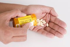 Píldoras de dispensación de la prescripción en la mano 1 Imágenes de archivo libres de regalías
