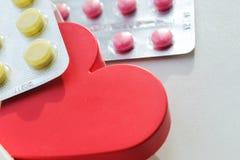Píldoras de la enfermedad cardíaca Tratamiento y prevención de enfermedades fotografía de archivo libre de regalías