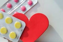 Píldoras de la enfermedad cardíaca Tratamiento y prevención de enfermedades imagen de archivo