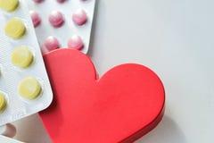 Píldoras de la enfermedad cardíaca Tratamiento y prevención de enfermedades fotos de archivo