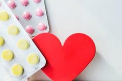 Píldoras de la enfermedad cardíaca Tratamiento y prevención de enfermedades foto de archivo libre de regalías