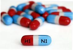 Píldoras de la gripe de los cerdos (H1N1) aisladas en blanco Imagen de archivo