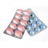 Píldoras de la medicación en el fondo blanco Fotografía de archivo libre de regalías