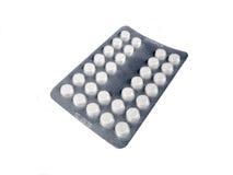 Píldoras de la medicación en el fondo blanco Foto de archivo