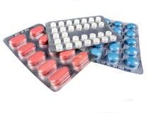Píldoras de la medicación en el fondo blanco Fotos de archivo libres de regalías