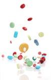 Píldoras de la medicina que caen Imagen de archivo libre de regalías