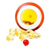 Píldoras de la prescripción que se derraman fuera de la botella de píldora aislada en whi Fotografía de archivo