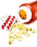 Píldoras de la prescripción que se derraman fuera de la botella de píldora con el PA de la ampolla Imágenes de archivo libres de regalías