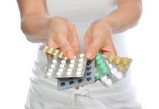 Píldoras de la tableta del calmante de aspirin de la medicina del asimiento de las manos Foto de archivo