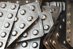 Píldoras de la tensión arterial alta en ampollas de la hoja Imagen de archivo