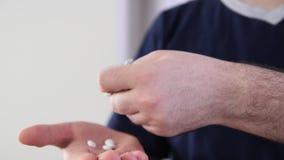 Píldoras de la toma de la mano del paquete de ampolla almacen de metraje de vídeo