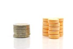 Píldoras de la vitamina de C y monedas euro Imágenes de archivo libres de regalías